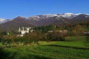 Celana, sullo sfondo i monti Linzone e Tesoro