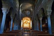 Interno chiesa a tre navate con tetto a capriata