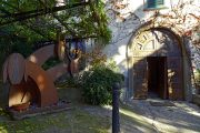 Sculture moderne sull'ingresso della villa
